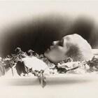 Wat is postmortale fotografie (foto's maken van doden)?