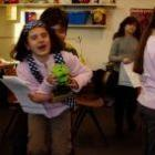 Met kinderen toneelspelen voor publiek